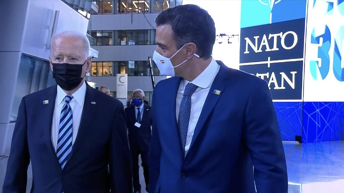 Pedro Sánchez tras abordar a Joe Biden en la última cumbre de la OTAN. (Foto: Efe)