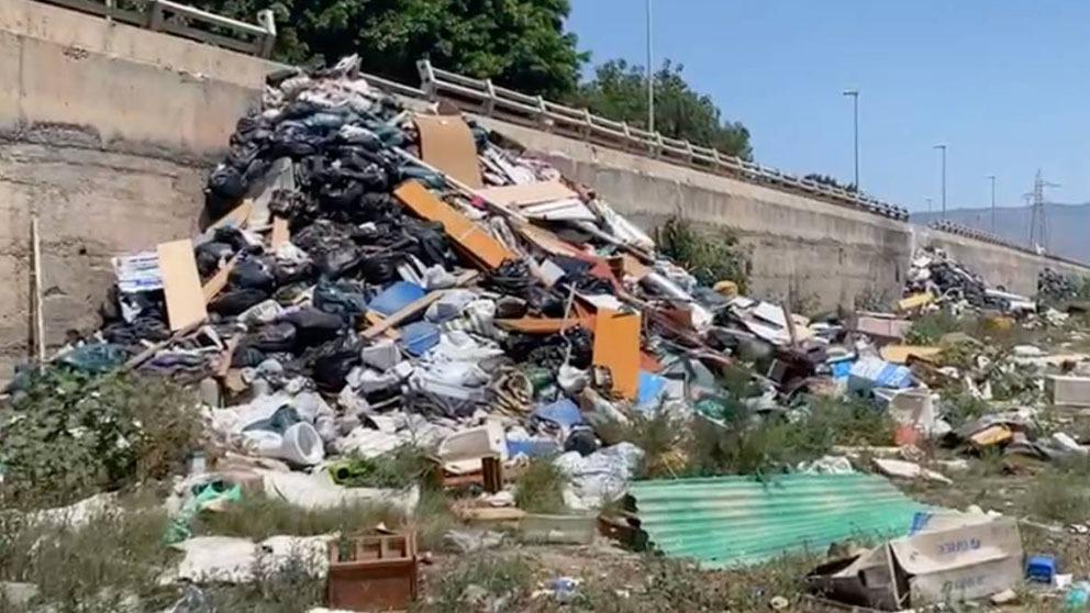 Pirámides de escombros en el río Andarax (Almería): Vox denuncia que la lluvia empujará la basura al mar.