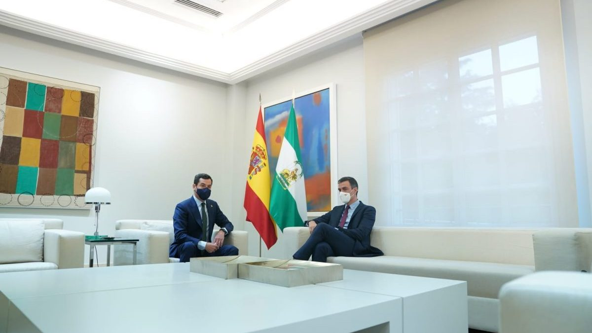 El presidente de la Junta de Andalucía, Juanma Moreno, y el presidente del Gobierno, Pedro Sánchez.