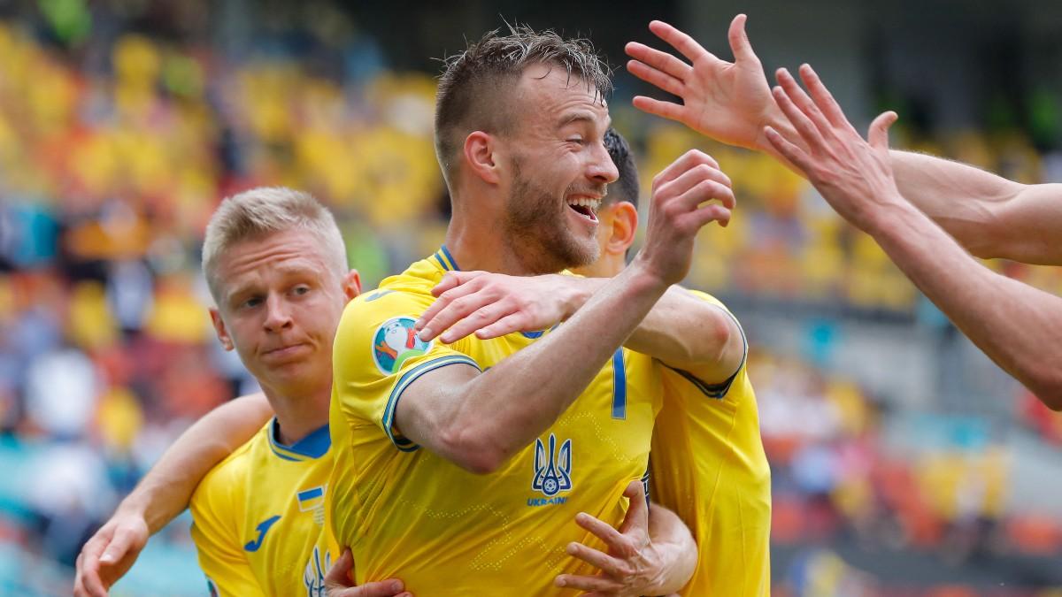 Los jugadores de Ucrania celebran el gol de Yarmolenko ante Macedonia del Norte. (AFP)