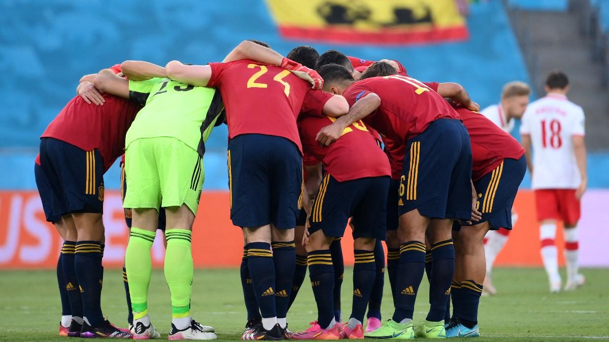 Los jugadores de España antes del duelo contra Polonia. (AFP)