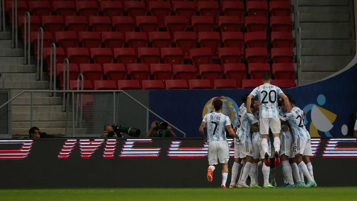 Los jugadores argentinos celebran el tanto de Guido Rodríguez ante Uruguay. (Getty)