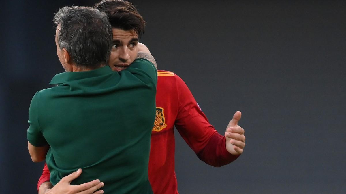 Alvaro Morata se abraza a Luis Enrique tras marcar. (AFP)