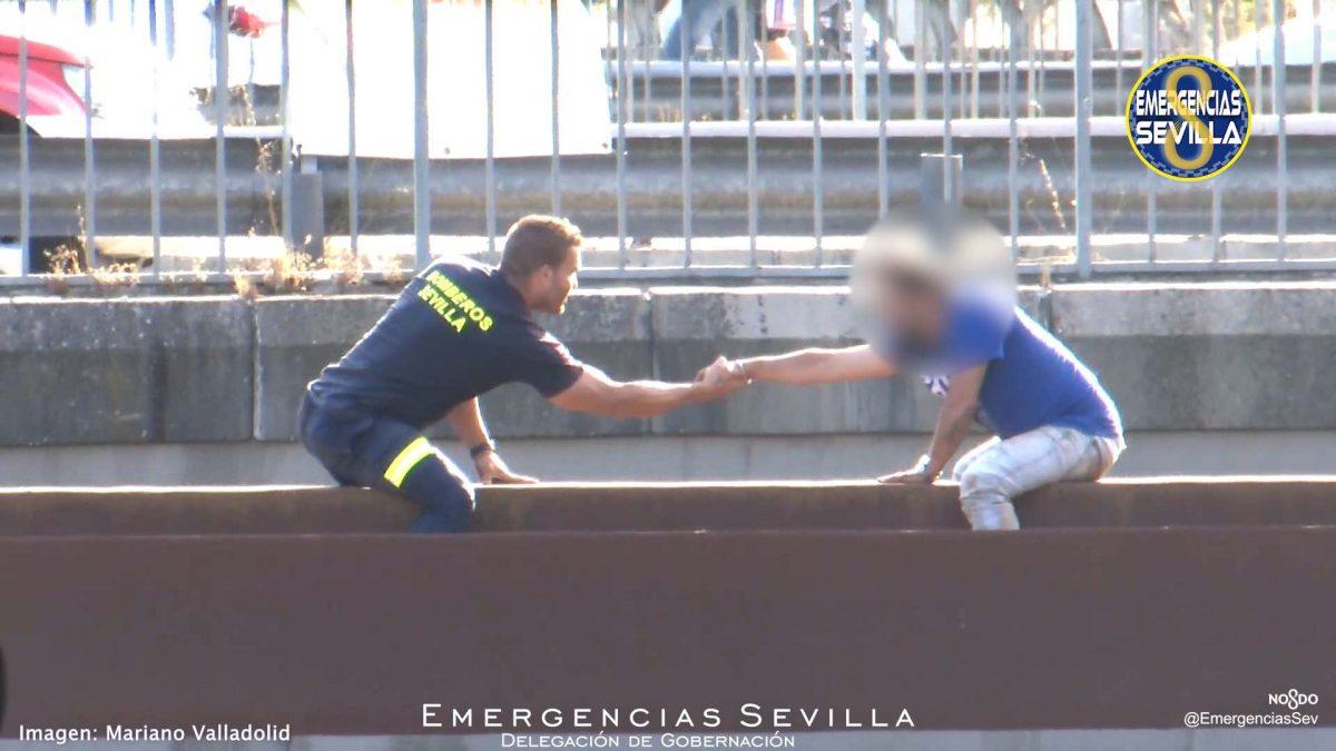Un bombero de Sevilla salva la vida a un hombre.