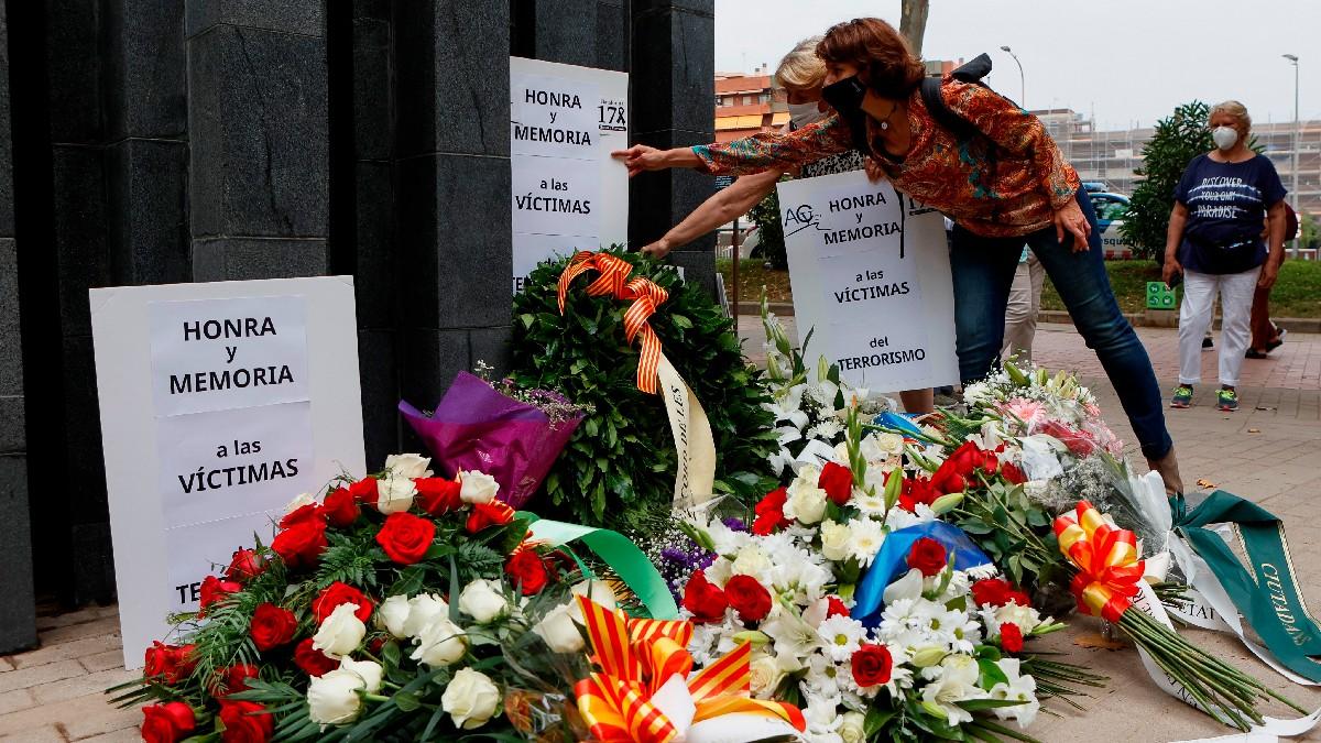 Homenaje organizado por la ACVOT en el 34 aniversario de la masacre de Hipercor. (Foto: Efe)