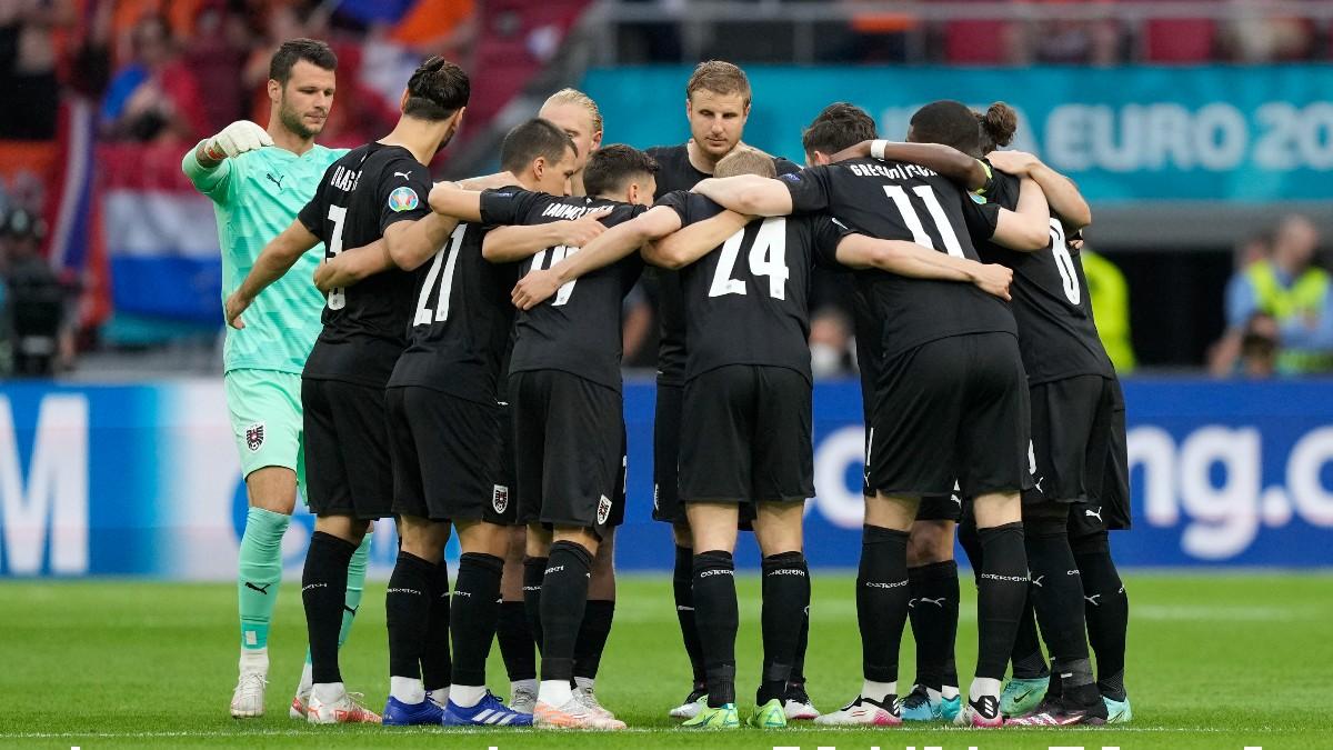 Los jugadores de Austria antes de jugar contra Holanda en la Eurocopa 2020. (AFP)