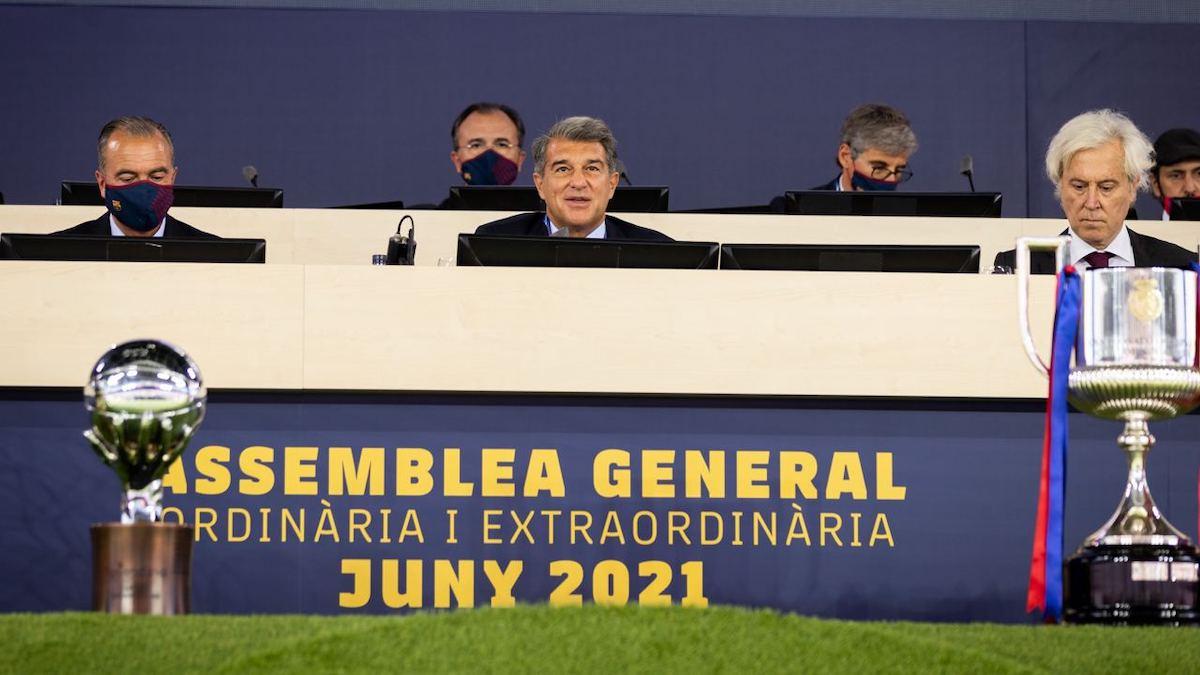 Joan Laporta, en el centro, durante la Asamblea General. (@FCBarcelona_es)