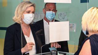 Marine Le Pen vota en las elecciones regionales francesas (Foto: AFP)