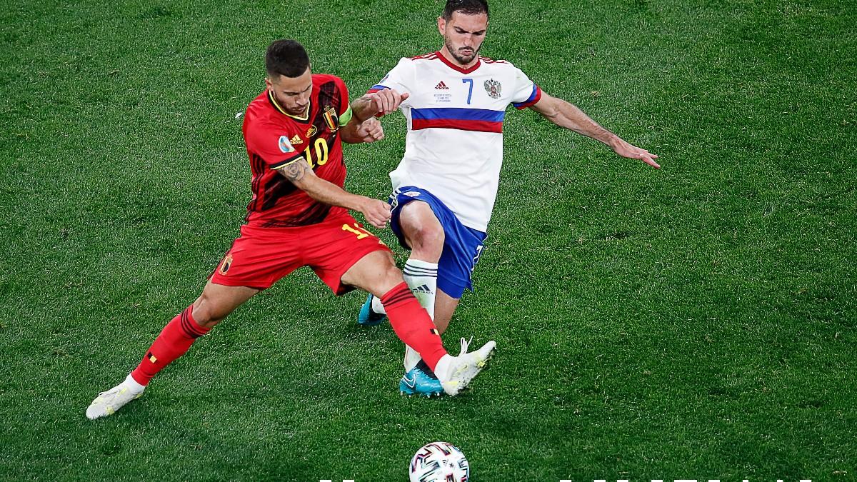 Eden Hazard disputa un balón durante el partido entre Bélgica y Rusia de la Eurocopa. (AFP)