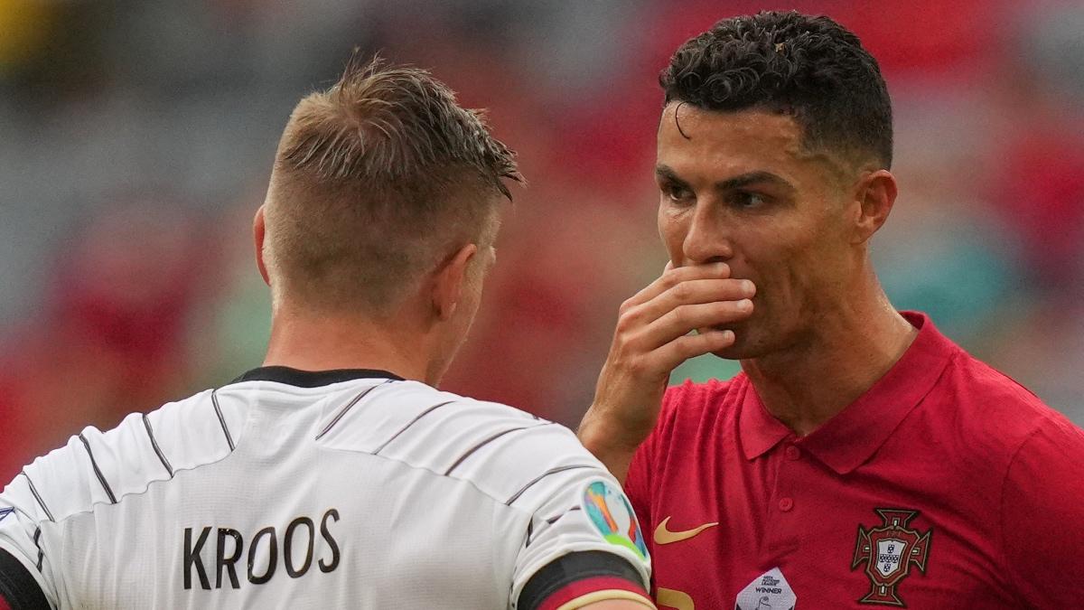 Toni Kroos y Cristiano Ronaldo conversan tras el Portugal-Alemania. (AFP)