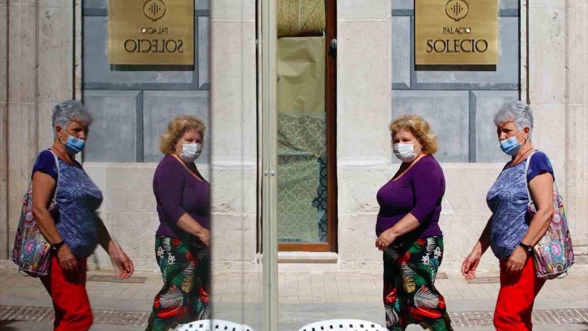 Dos mujeres pasean por Málaga con mascarilla (ÁLEX ZEA / EUROPA PRESS).