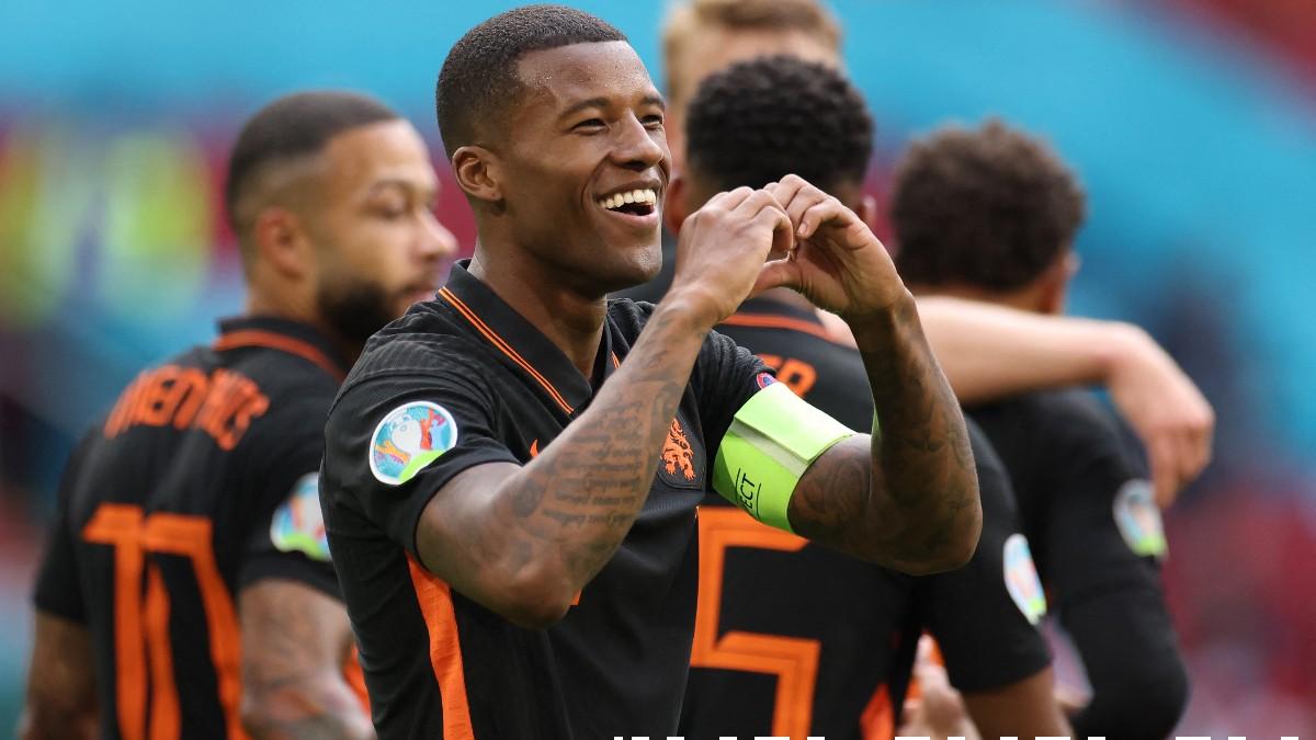 Georginio Wijnaldum celebra uno de sus goles ante Macedonia del Norte. (AFP)
