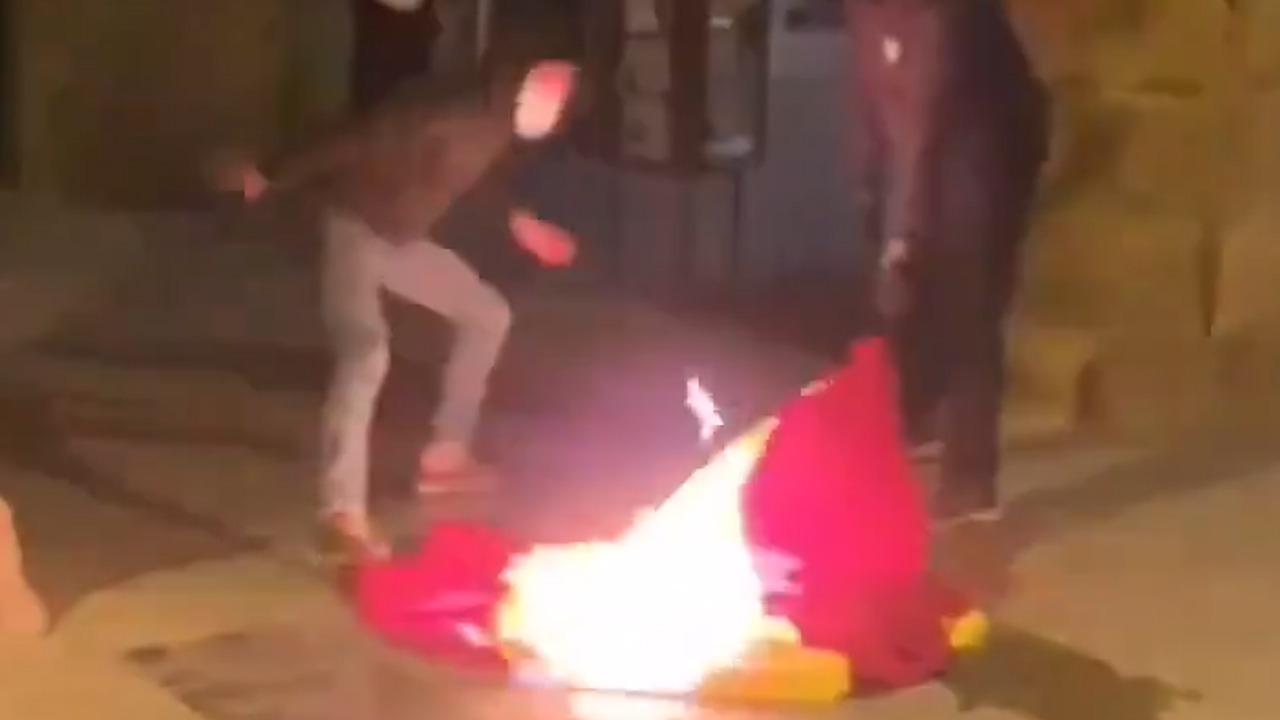 Los CDR quemando una bandera de España en Vic.