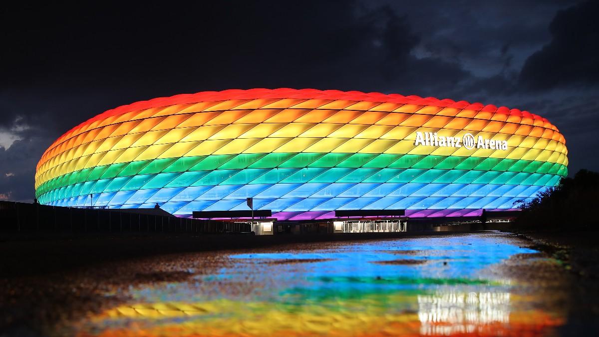 El Allianz Arena iluminado con los colores LGTBI.
