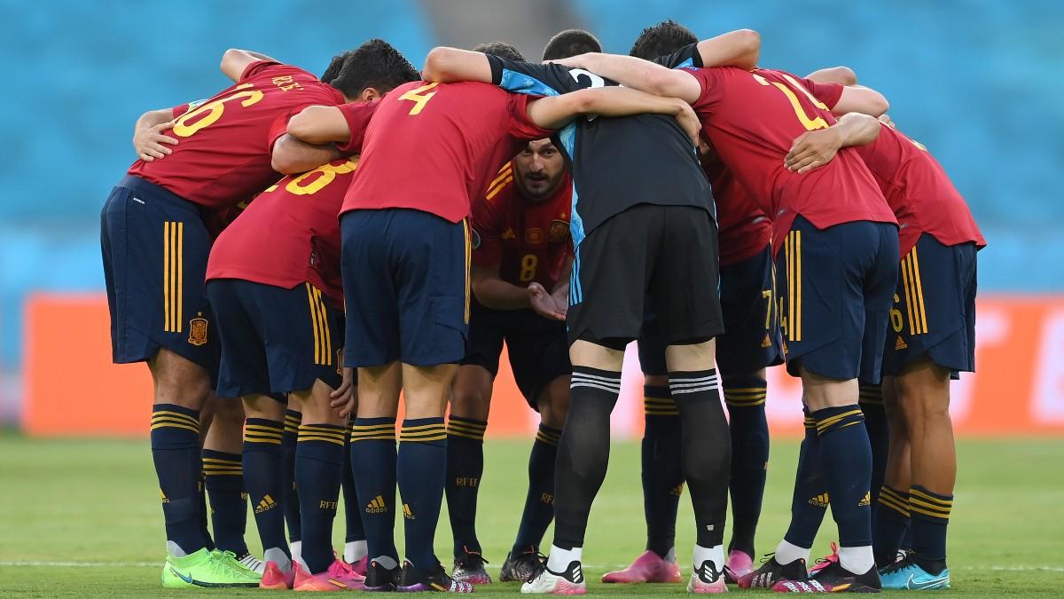 Los jugadores de España se abrazan antes de un partido. (Getty)