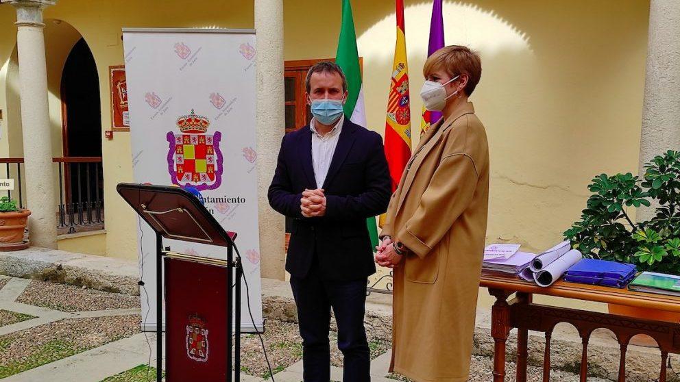 Julio Millán y María Cantos junto a la mesa del expediente de la candidatura de Jaén al plan Colce.