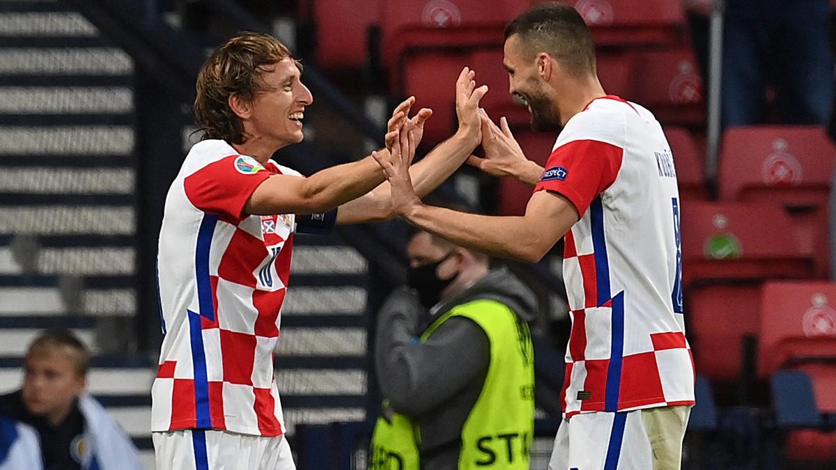 Modric y Kovacic celebran un gol de Croacia contra Escocia en la Eurocopa. (AFP)