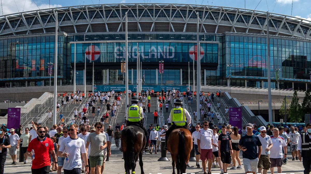 Aficionados entran a Wembely antes de un partido de Inglaterra en la Eurocopa 2020. (Getty)