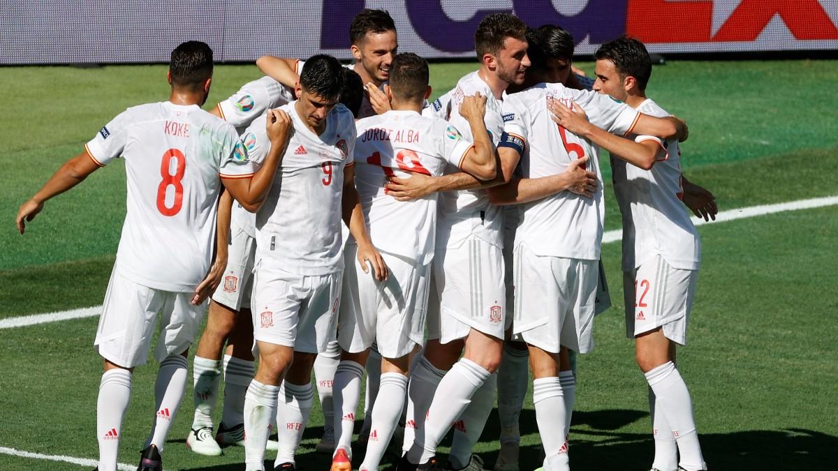 Los jugadores de la selección española celebran un gol contra Eslovaquia. (AFP)