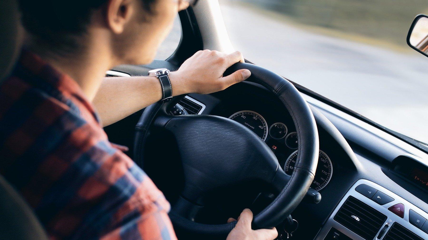 La DGT puede multarte por comer o beber mientras conduces