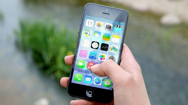 Un influencer se graba regalando un iPhone a una niña para después pedirle que lo devuelva