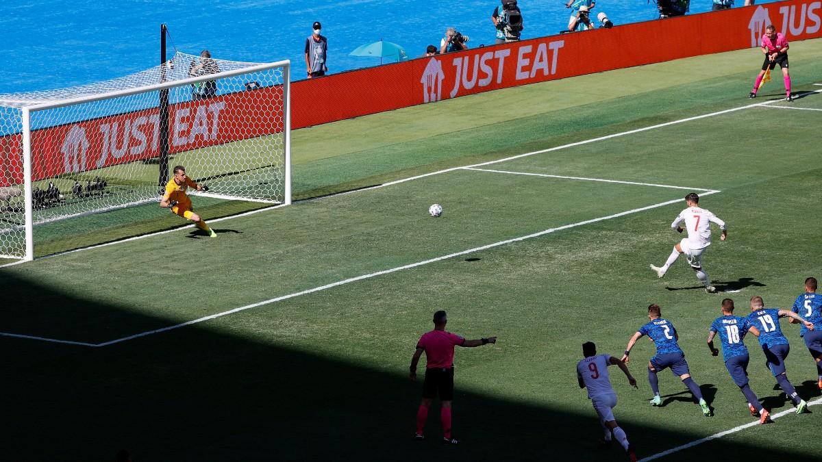 El momento en el que Morata chuta el penalti ante Eslovaquia. (AFP)