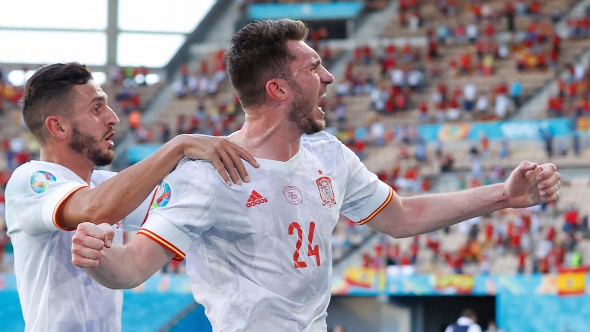 Aymeric Laporte celebra su gol ante Eslovaquia con el que se estrenaba con España. (AFP)