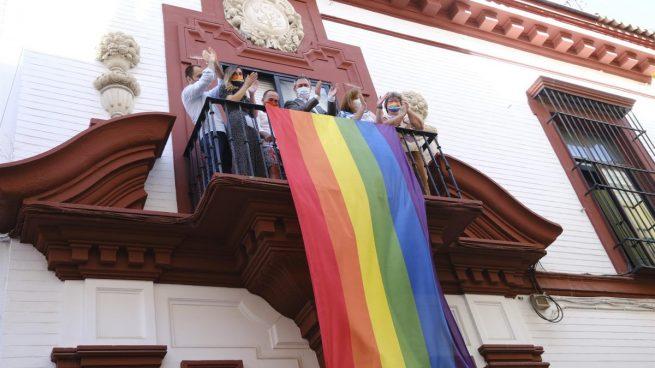 Despliegue de la bandera Lgtbi en la sede regional del PSOE-A, en Sevilla.