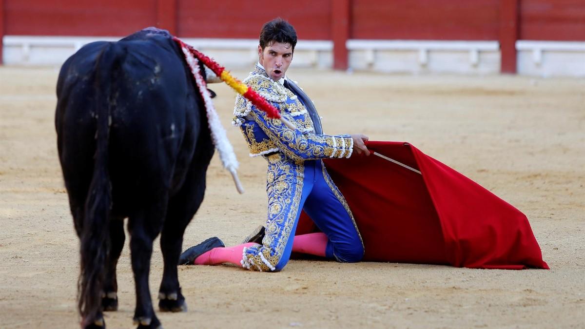 El diestro Cayetano, que cortó dos orejas, se planta de rodillas ante uno de los de su lote.
