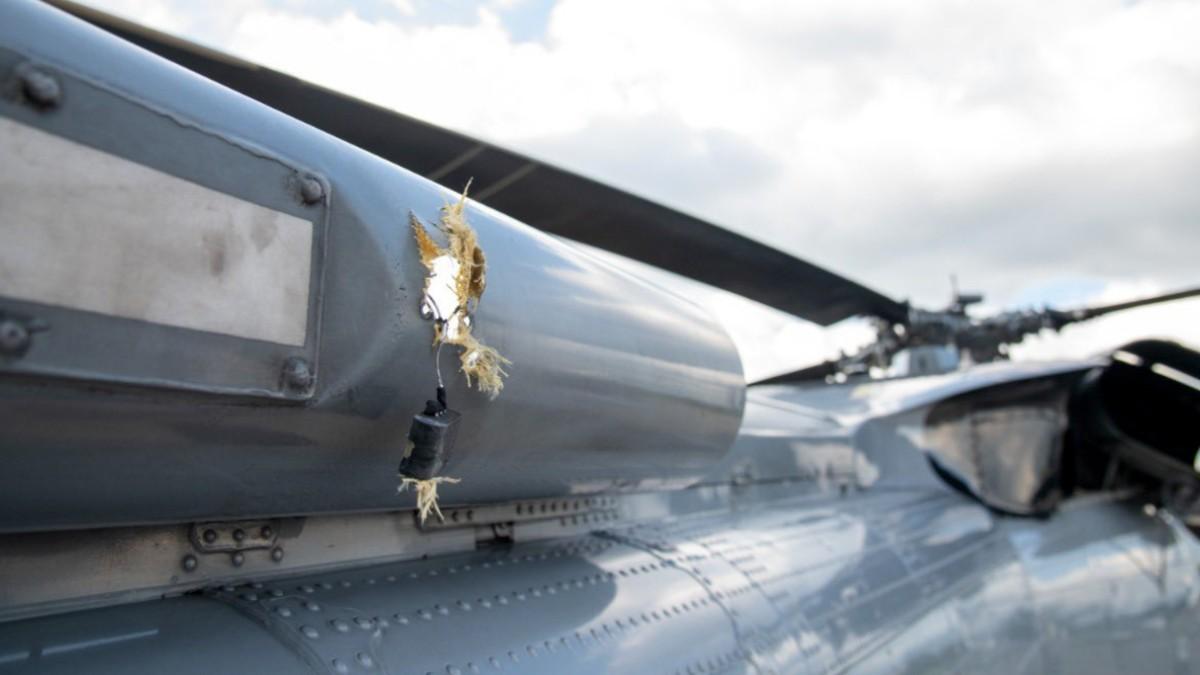 Imagen de los impactos de bala en el fuselaje del helicóptero.
