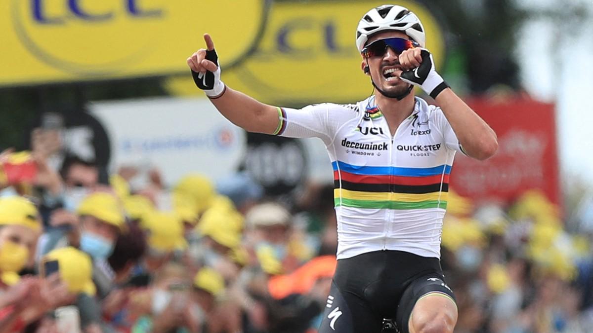 Julian Alaphilippe ganó la primera etapa como campeón del mundo. (AFP)