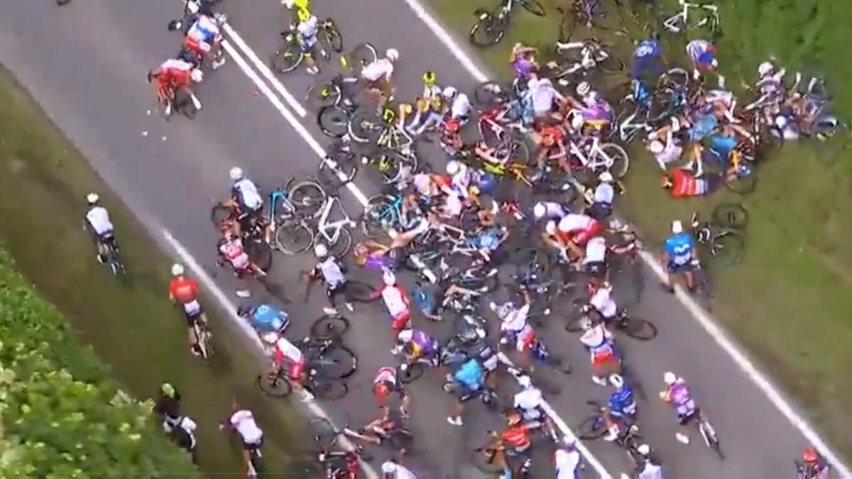 Otra multitudinaria caída en la primera etapa del Tour de Francia 2021.