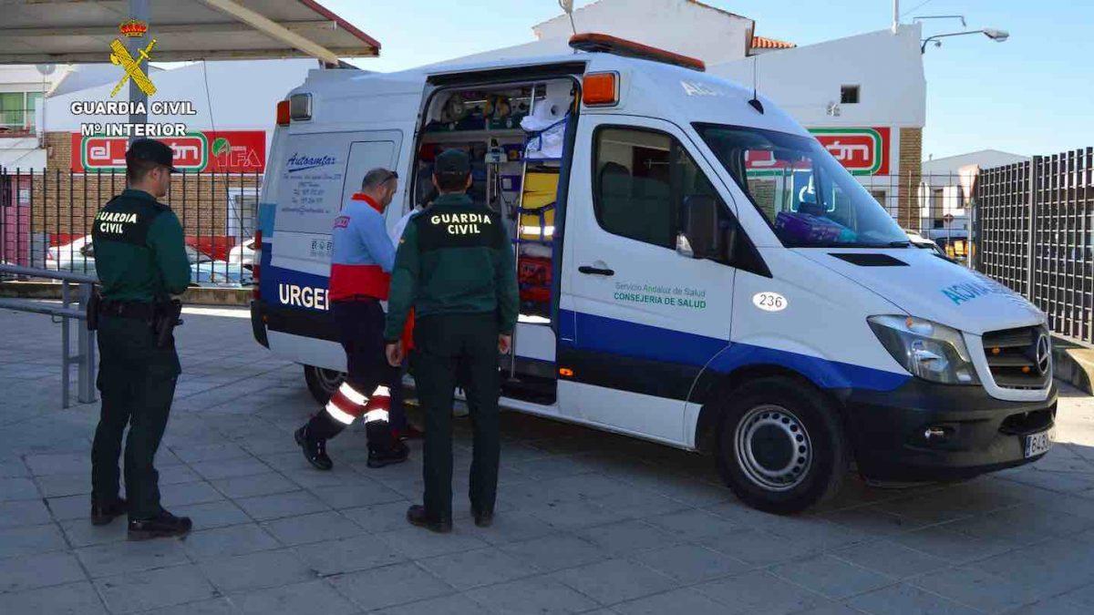 Agentes de la Guardia Civil, junto a una ambulancia (EUROPA PRESS).