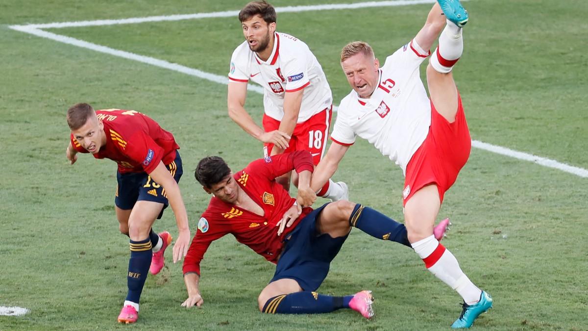 Dani Olmo y Morata caen en el área en el España-Polonia. (AFP)