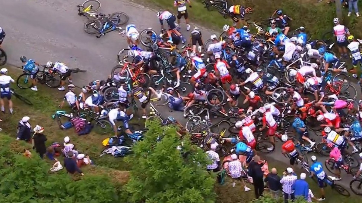 Multitudinaria caída en la primera etapa del Tour de Francia.