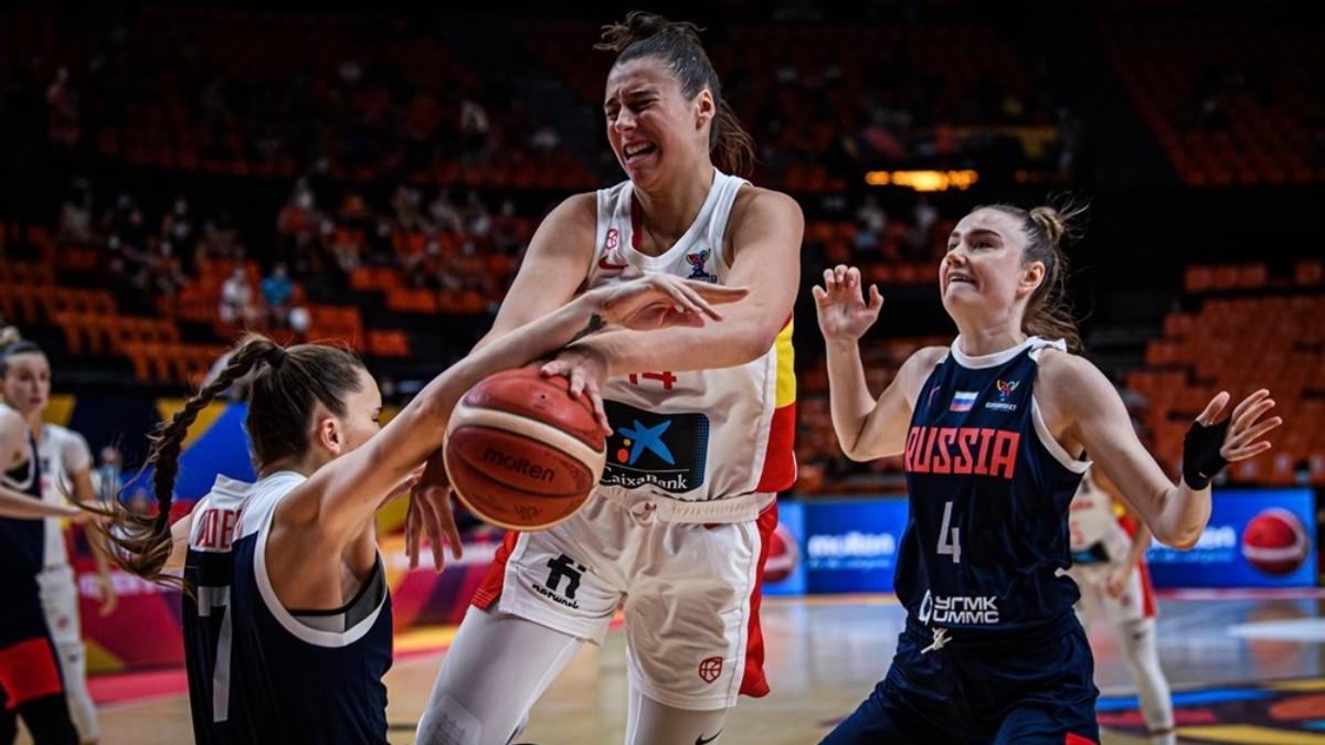 Raquel Carrera lucha un balón durante el España – Rusia del Eurobasket. (FIBA)