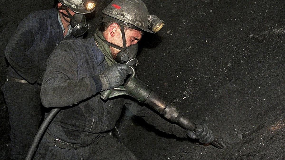 Un minero realizando su trabajo.