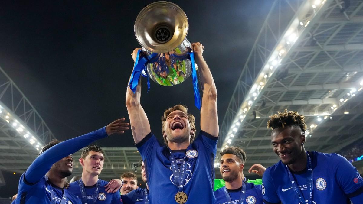 Marcos Alonso levanta la Champions con el Chelsea. (Getty)