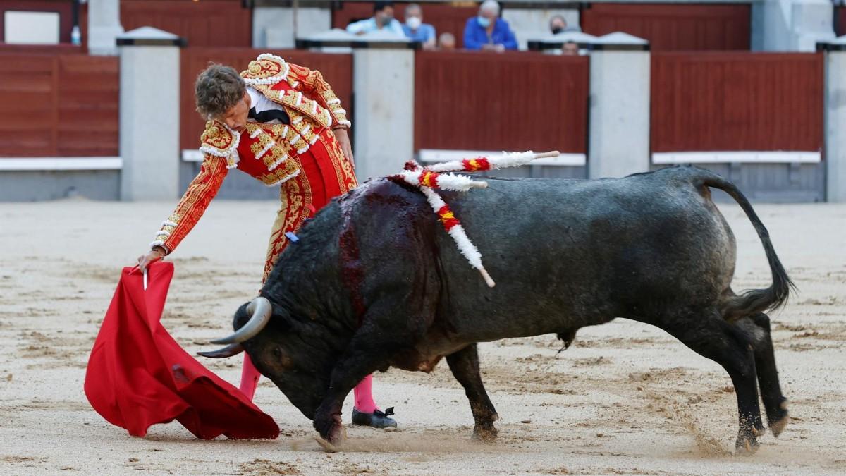 El diestro Manuel Escribano, durante la corrida extraordinaria con toros de Victorino Martín.