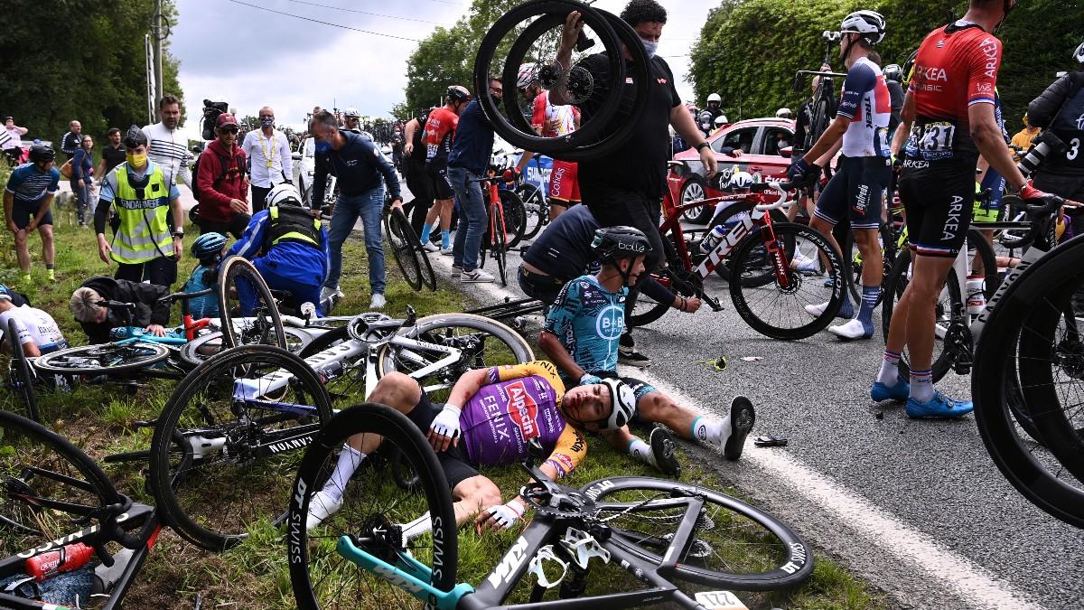 Varios ciclistas en el suelo tras una caída masiva en la primera etapa del Tour de Francia. (AFP)