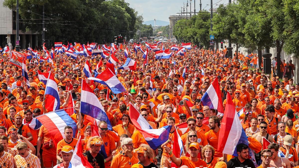 Los aficionados holandeses 'invadieron' Hungría antes del partido de la Eurocopa. (AFP)