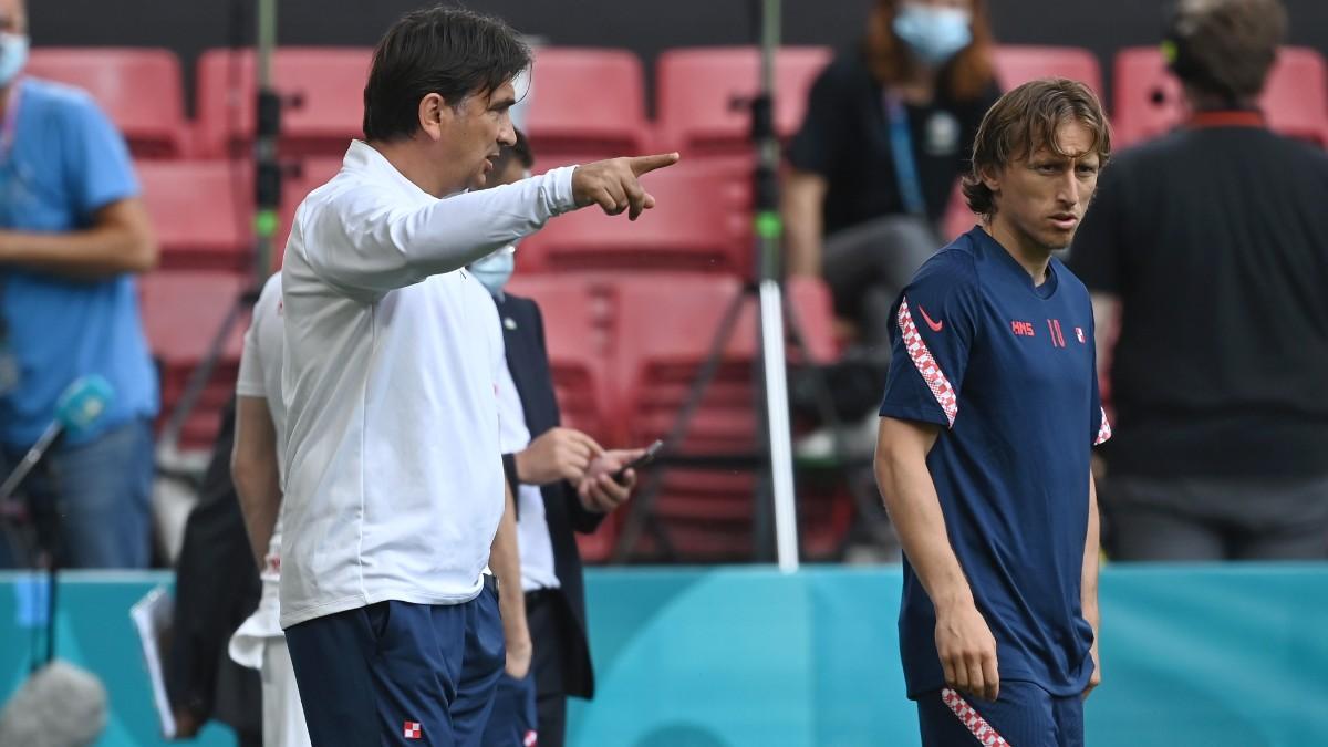 Luka Modric, junto a su entrenador antes del entrenamiento. (Getty)