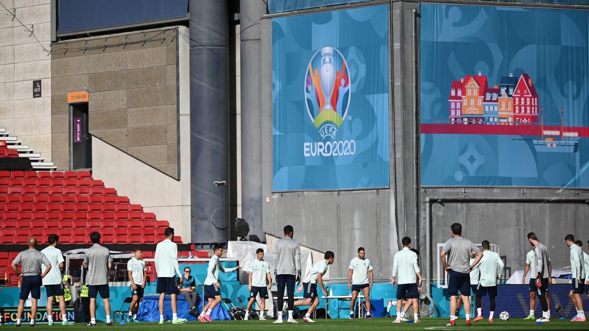 Los jugadores de España se entrenan sobre el césped del Parken. (AFP)