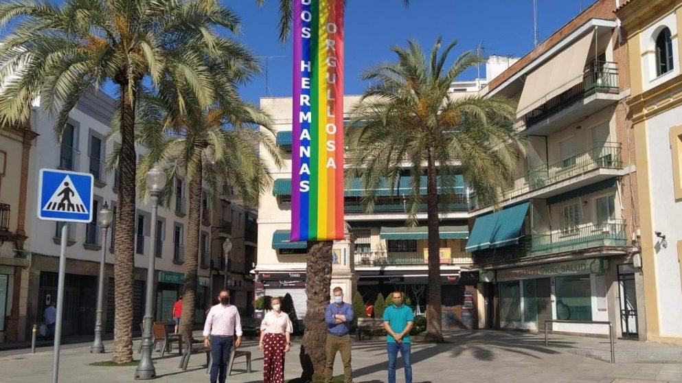 Vox Dos Hermanas, bajo una bandera LGTB.