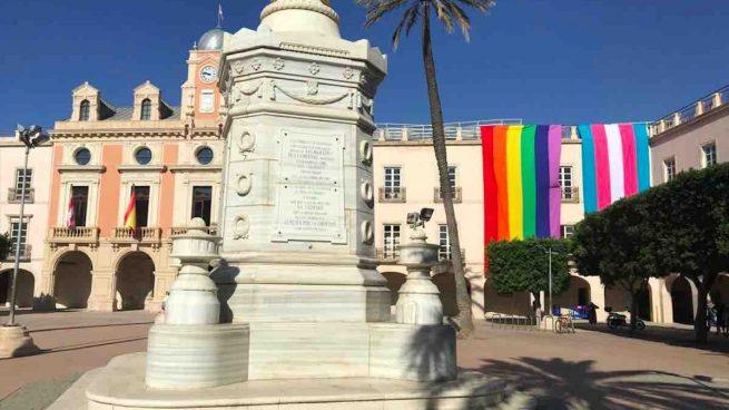 Vox Almería recupera sentencia del Supremo que prohíbe la bandera LGTBI en edificios públicos