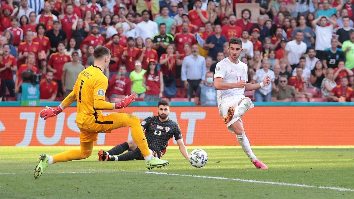 Ferran Torres define ante Croacia para hacer un gol. (Getty)