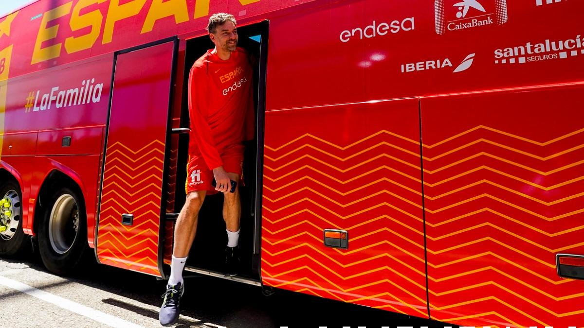 Pau Gasol se baja del autobús de la selección española. (FEB)