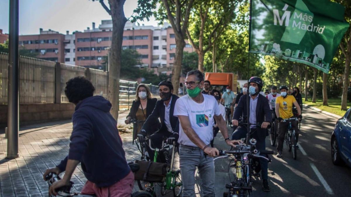Diputados de Más Madrid  llegando en bici a la Asamblea. (Foto: Más Madrid)