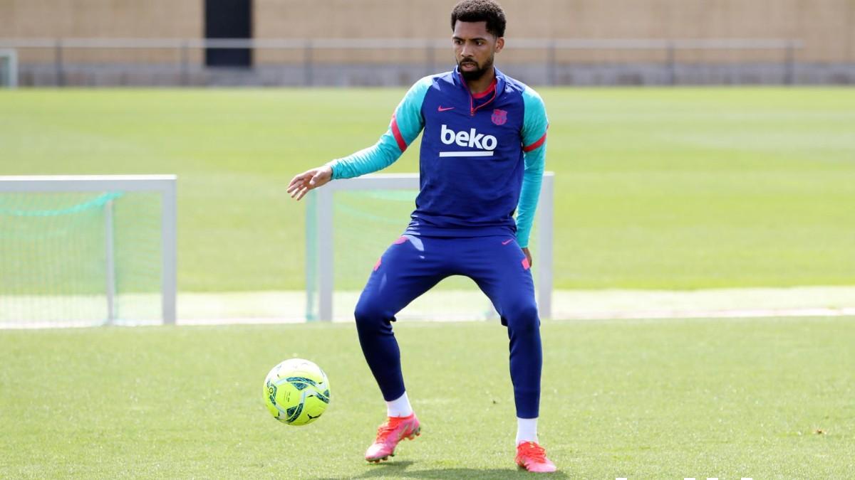 Matheus Fernandes durante un entrenamiento con el Barcelona. (@fcbarcelona)