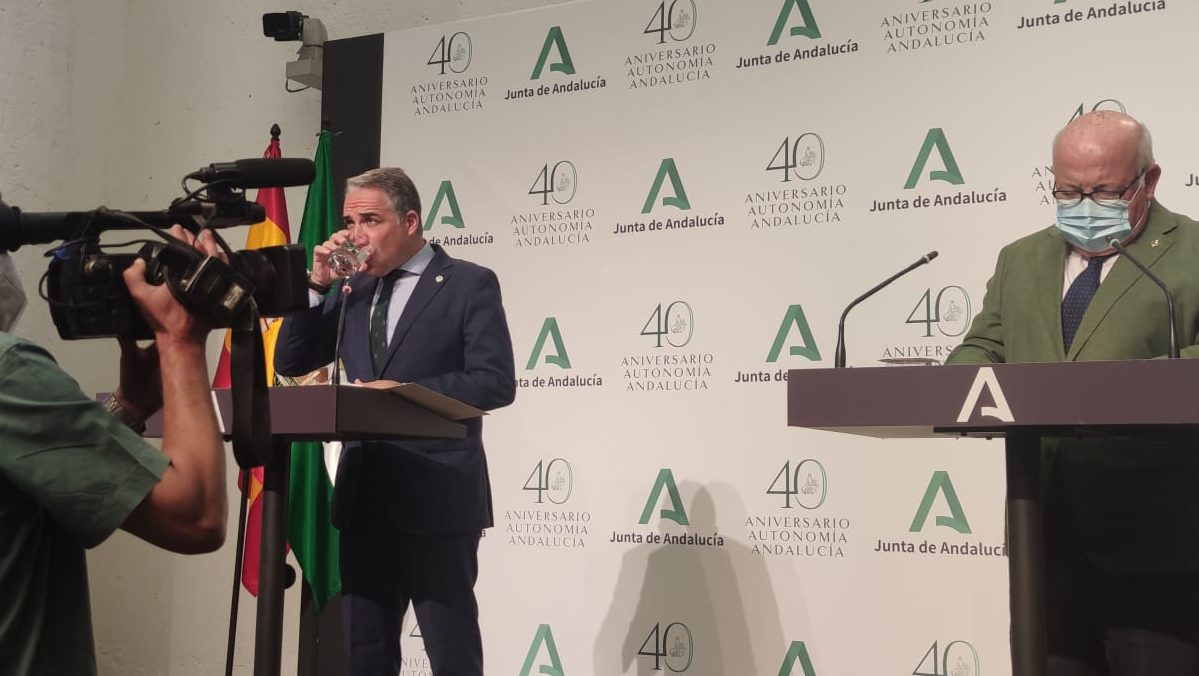 Elías Bendodo, consejero de Presidencia de la Junta de Andalucía, y Jesús Aguirre, consejero de Salud.
